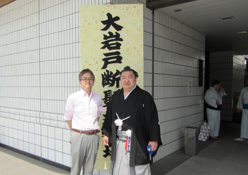 西澤ロイの初土俵(笑)。大岩戸関の断髪式に出席
